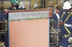 plancha de cobre con dos mineros