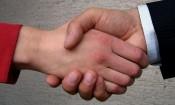 manos estrechadas
